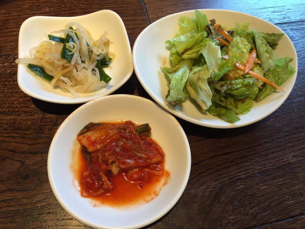 キムチ、ナムル、サラダの写真
