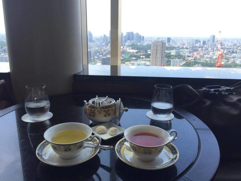 紅茶と窓の外に見える東京