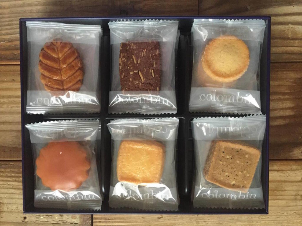 コロンバンのクッキー缶をあけたところ