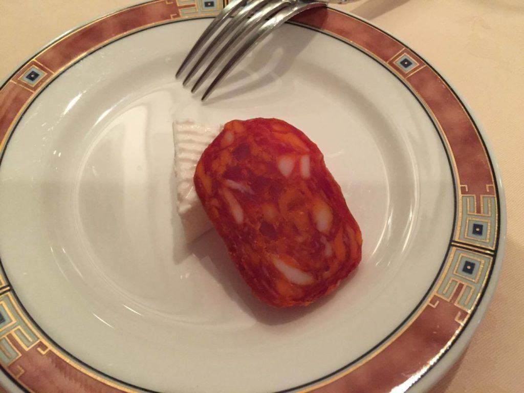サービスのリコッタチーズとサラミ