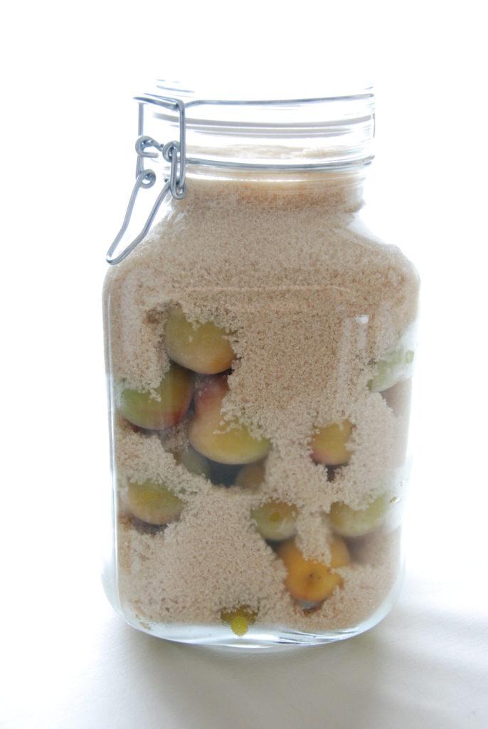 梅と砂糖を保存瓶に入れる