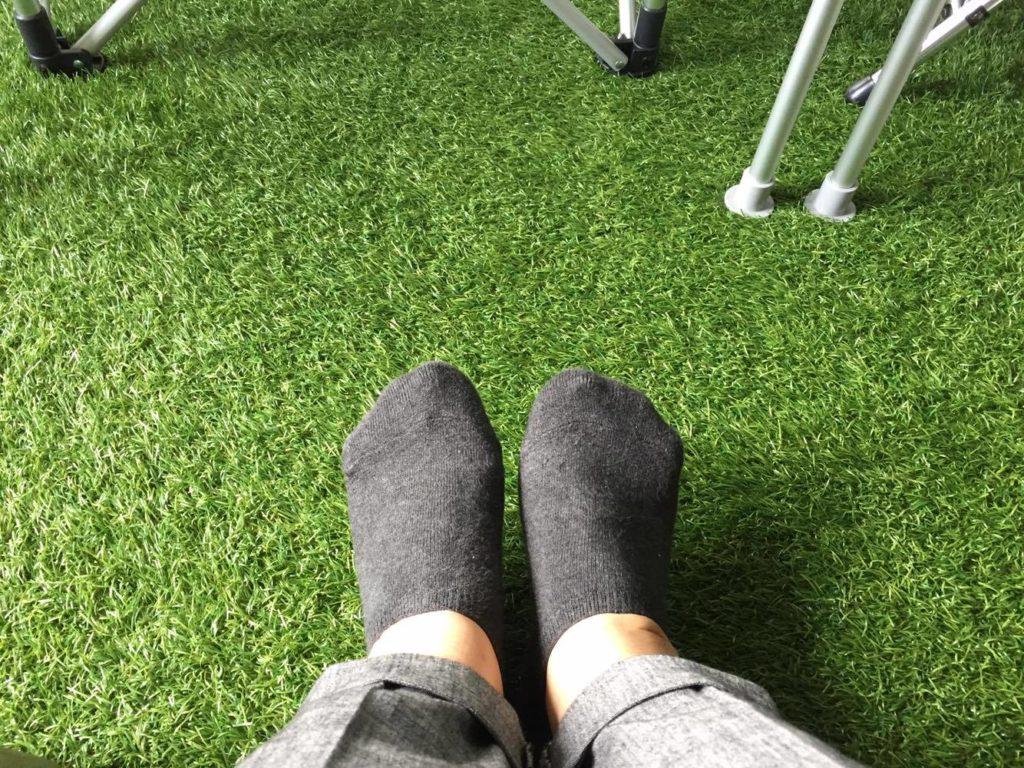 芝生と足の写真