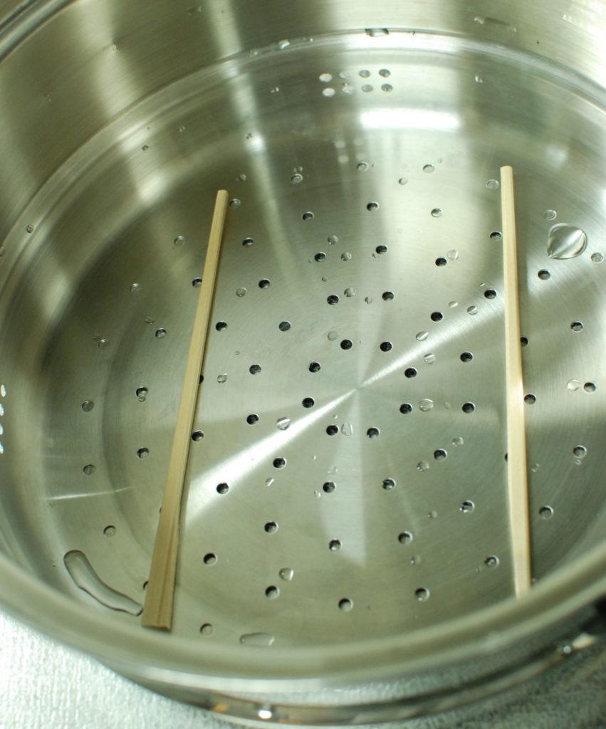 蒸し器に割り箸を置く