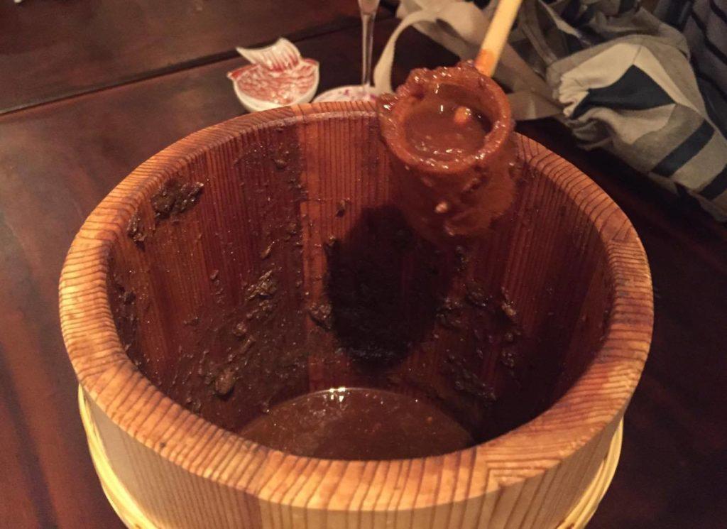 木桶に入った火入れしていない醤油