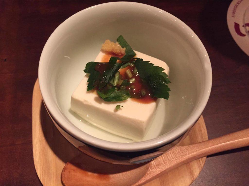 生揚げ醤油をかけた温豆腐