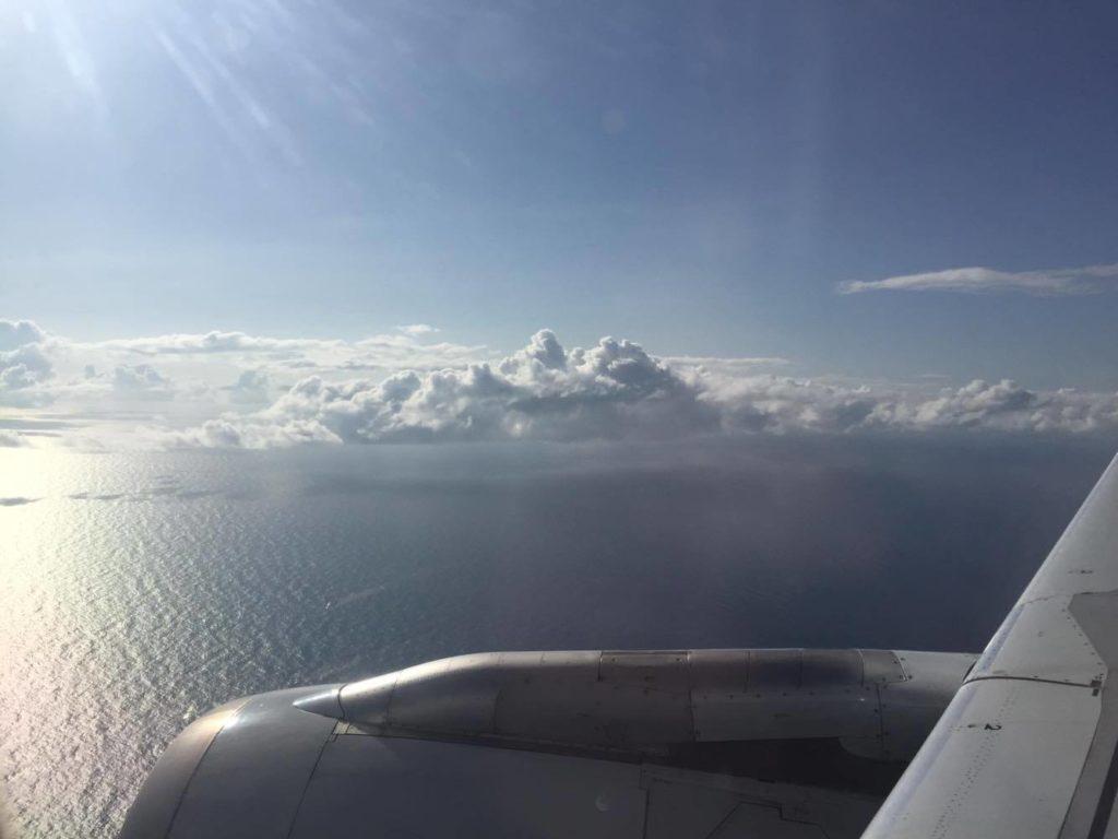 離陸前の飛行機から見た海と雲