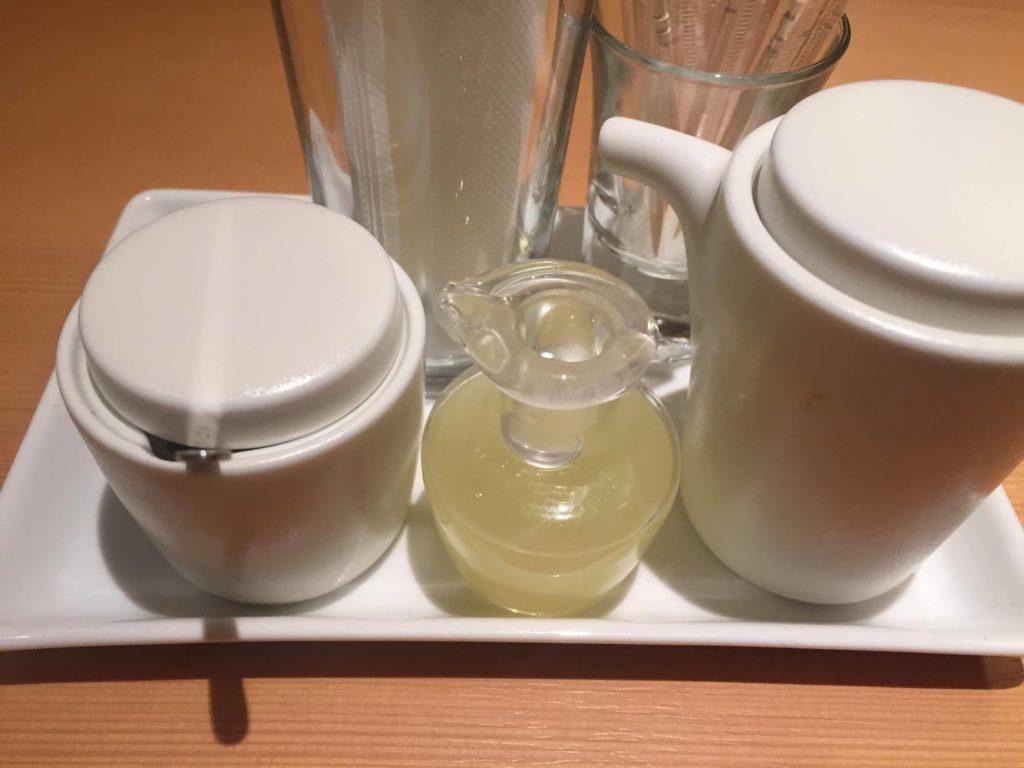 テーブルに置いてあった醤油など