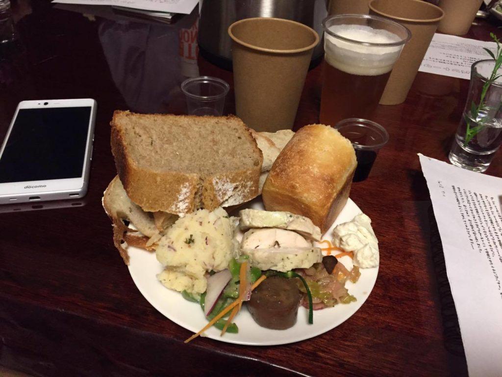 お皿に乗り切らないほどのパンと発酵料理