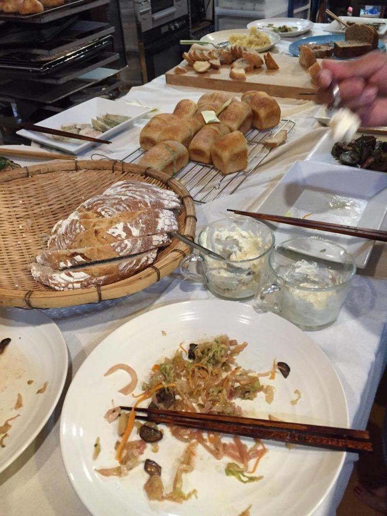 並べられた発酵料理とパン