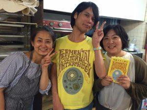 小倉ヒラクさん、梶晶子さんと赤星で写真撮影