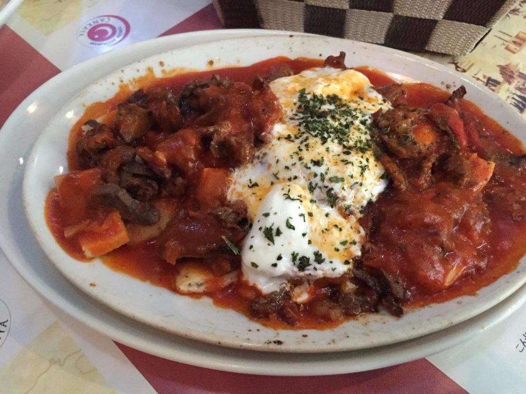 牛肉ドルネケバブのヨーグルト&トマトソースがけ