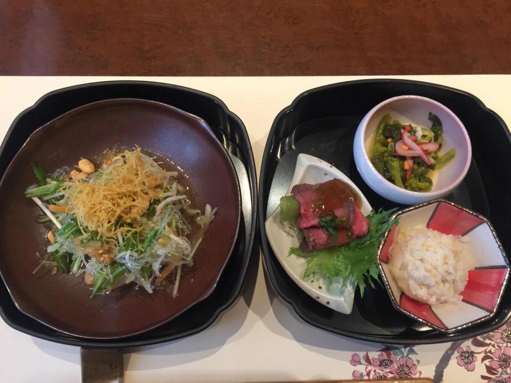 (左)豆腐サラダ、(右)北寄貝と菜の花の辛子酢味噌和え、春の卯の花煮、ローストビーフ