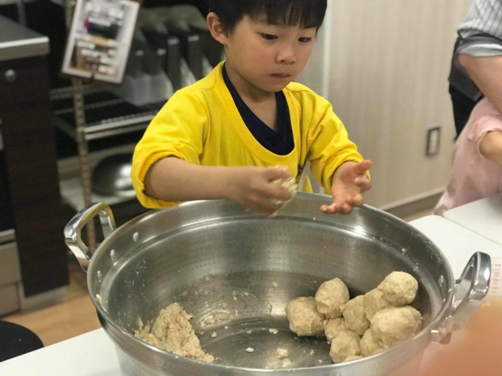 味噌玉をつくる子ども