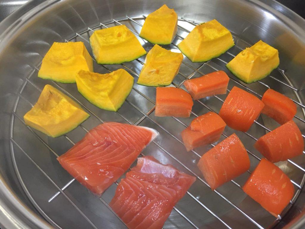 野菜と鮭を蒸す