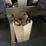 前の座席下に置いた虫かご