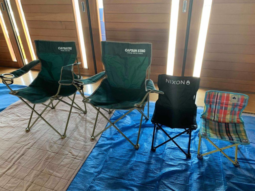椅子とレジャーシート